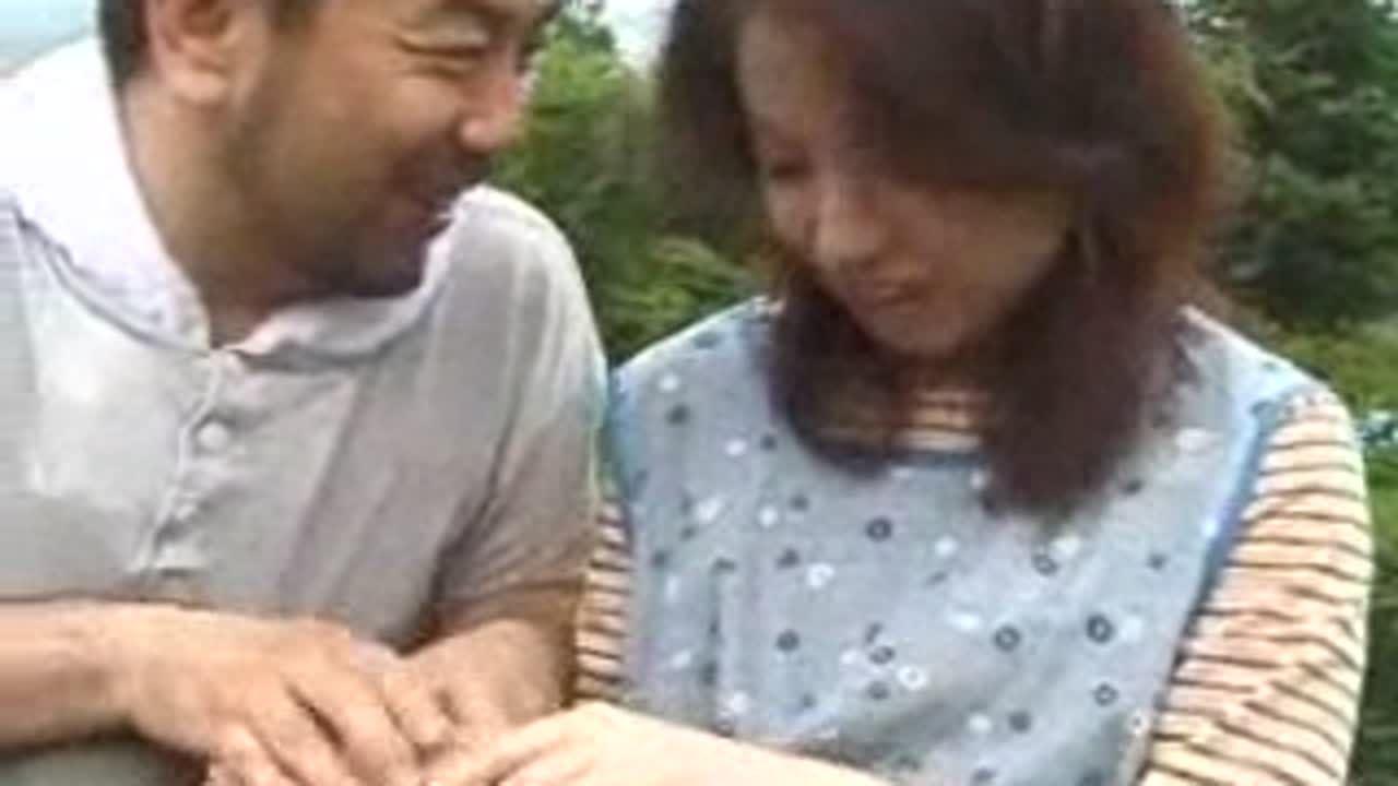 畑で同業の男とアオカンにふける農家の嫁