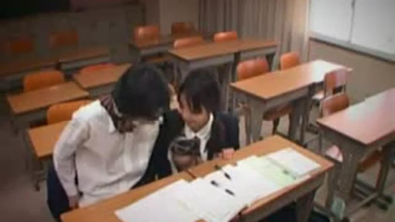 放課後の教室でイチャコラ手コキする女子校生カップルを盗撮