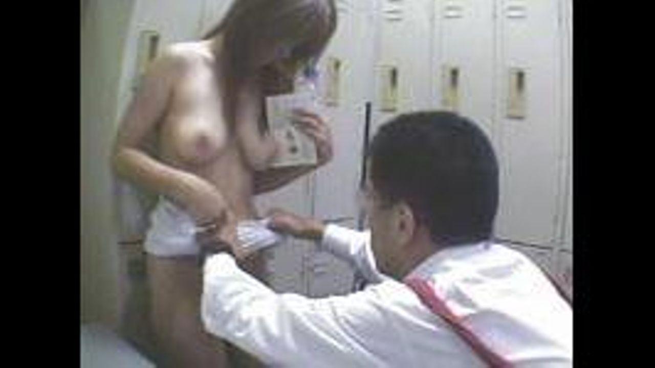 【盗撮動画】観覧注意!万引きで捕まえた巨乳ギャルを全裸状態にして撮影し猥褻行為をはじめる店長の姿!