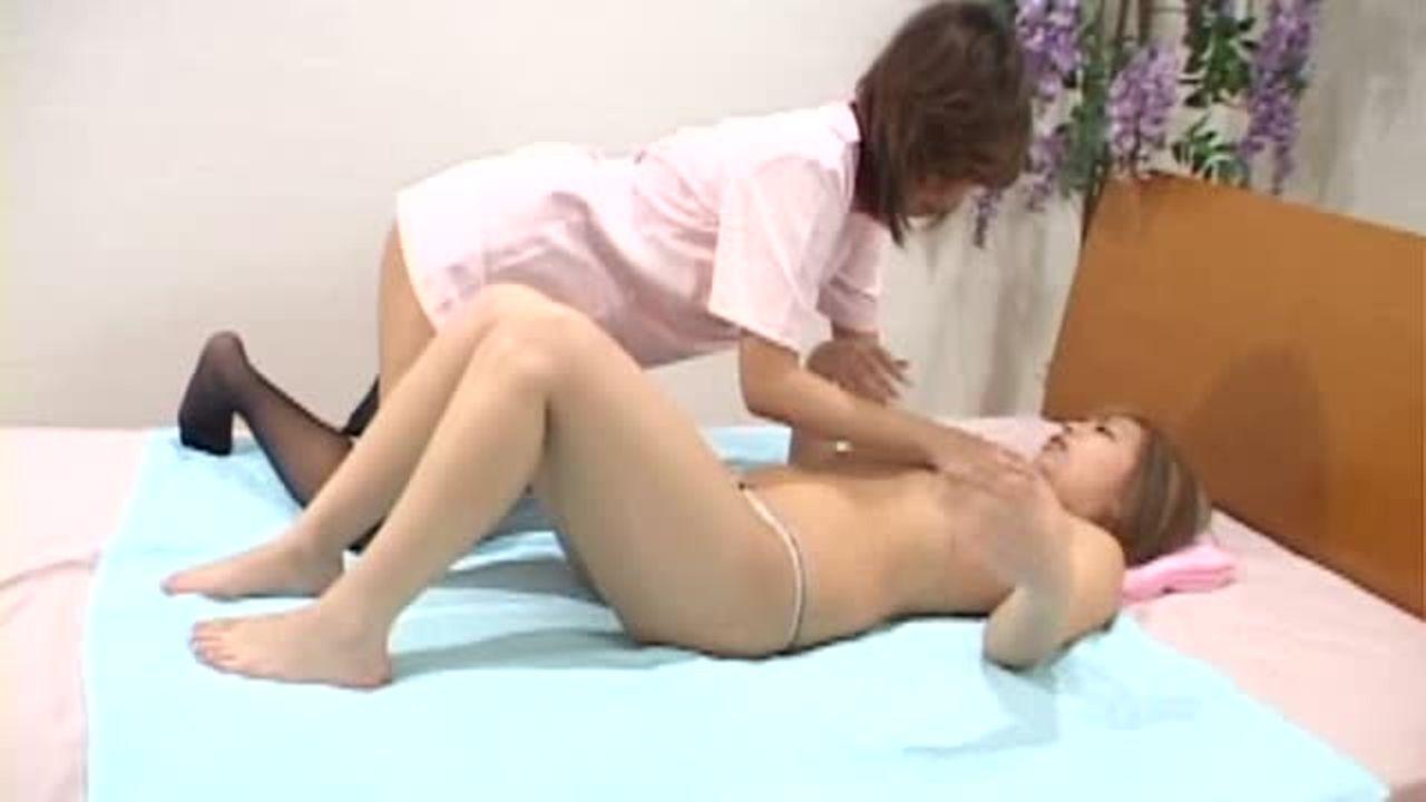 ギャルのキス無料熟女動画。ギャル風のお客をうつ伏せにして、お尻をマッサ...