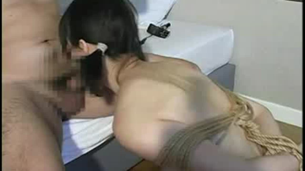 何も知らない初心な少女を後ろ手緊縛で洗面器に放尿プレイ&イラマチオ責めでマゾとして調教していく