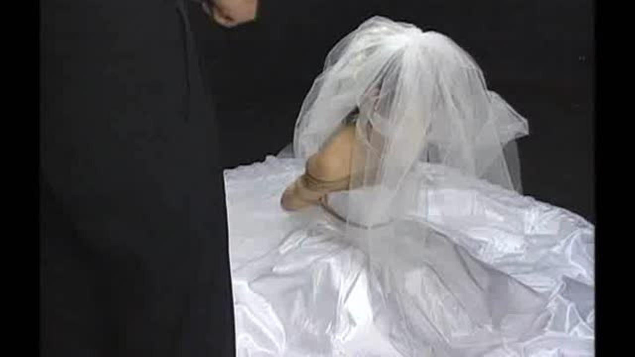 細川百合子、純白のウエディングドレスに猿轡で、巨乳を揉まれ、パンティの上から秘部を弄られる、動画。1990年代のAV女優