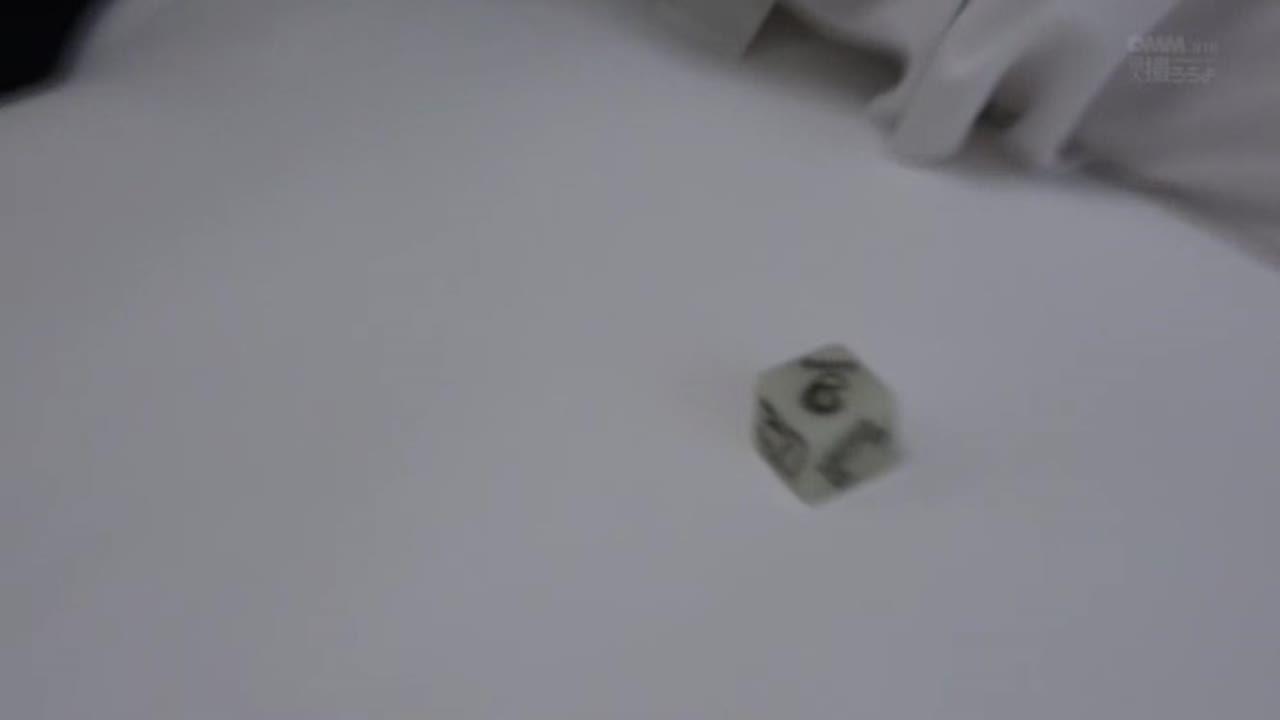 撮影モデルをするメガネっ娘がダイスとカードを使ったエッチなゲームをした結果w
