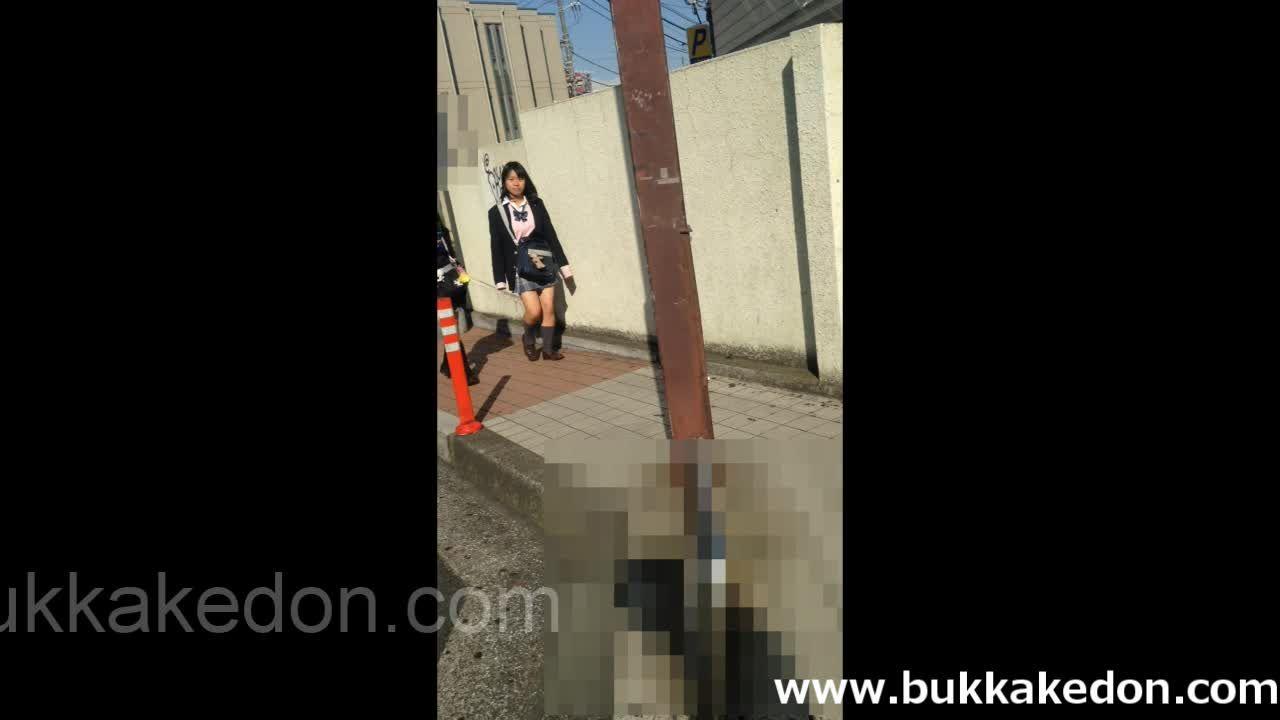 エスカレーターに乗るミニスカJKのスカートをめくりパンチラを盗撮(顔あり)