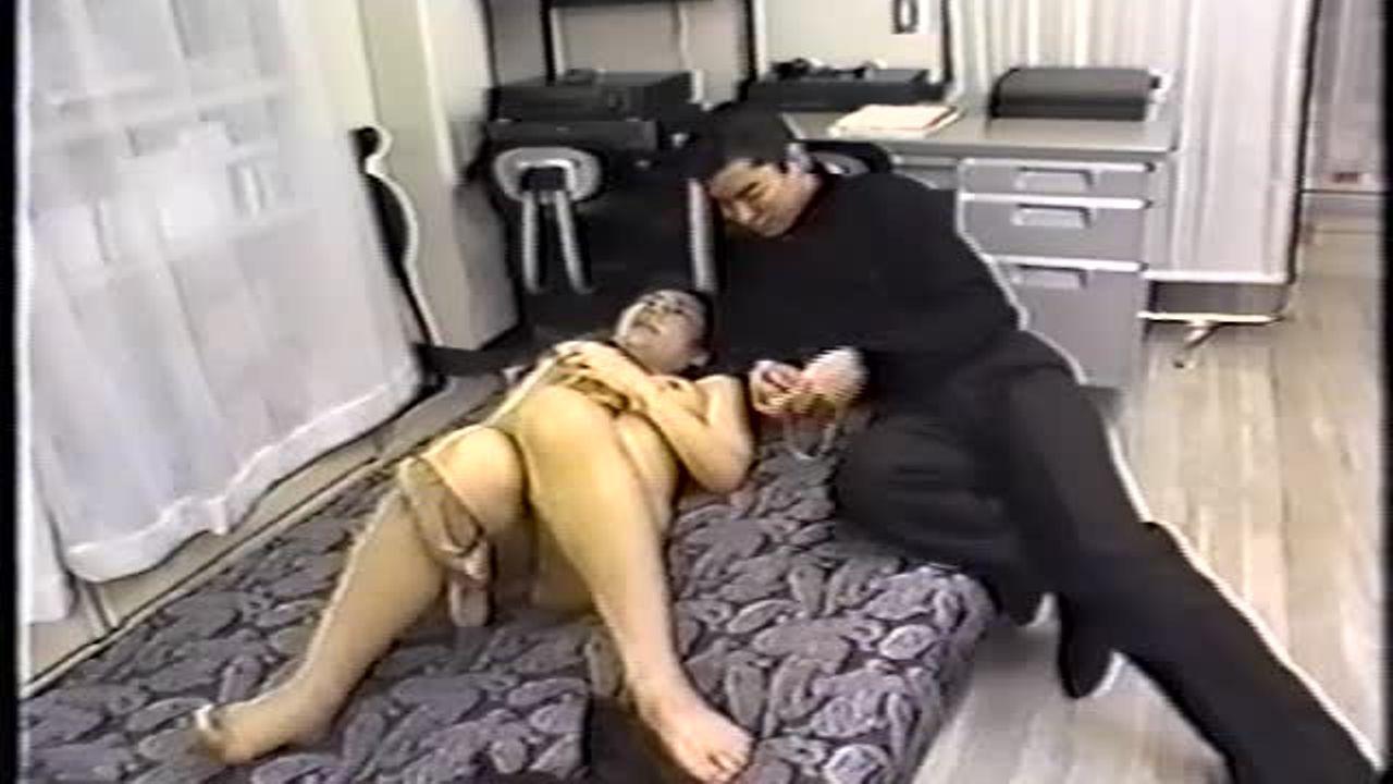 【無修正】昭和の裏ビデオ 仕事中にエロ本見ている好きモノ事務員が上司と不倫。嬉しそうにチンポ洗い<前>