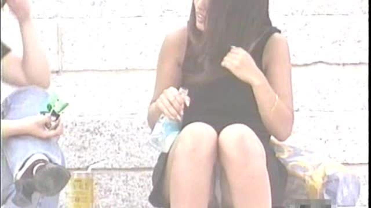 【盗撮動画】座り込んで股間ノーガードになっちゃった素人美人お姉さん!パンチラを正面から凝視www