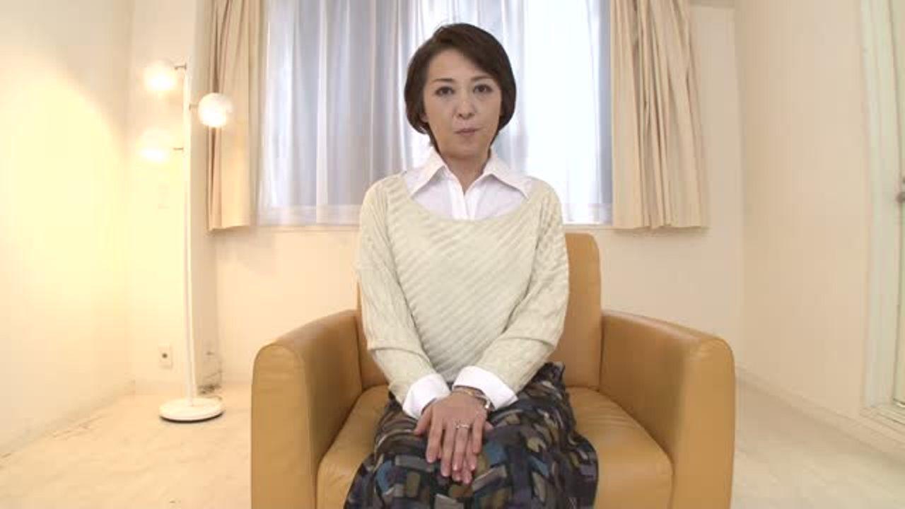 [fc2]ガチガチに緊張している五十路の千崎栄枝さんが初めての3PでAVデビューする素人企画
