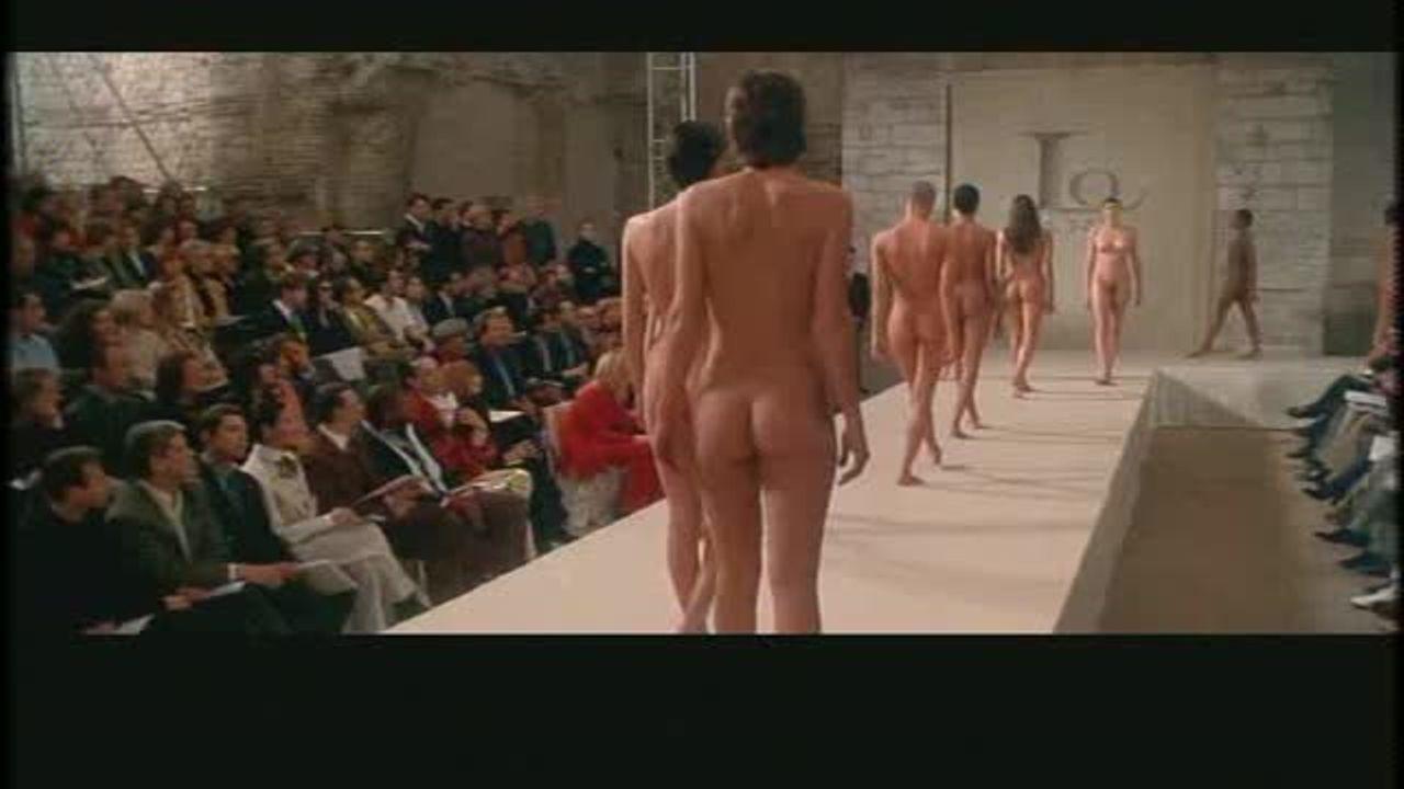 スーパーモデル達が全裸でファッションショー