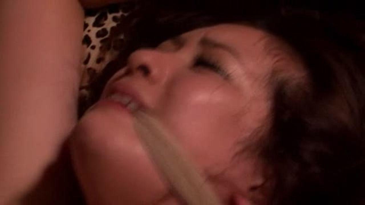 鬼畜な男に眠らされ両手を拘束されレイプ調教される美女OL
