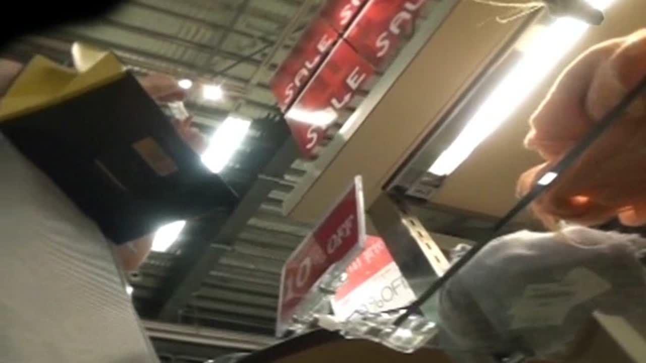 【盗撮動画】清楚で綺麗なお姉さんがお買い物に夢中なのでパンチラを逆さ撮りすると極上の食い込み状態www