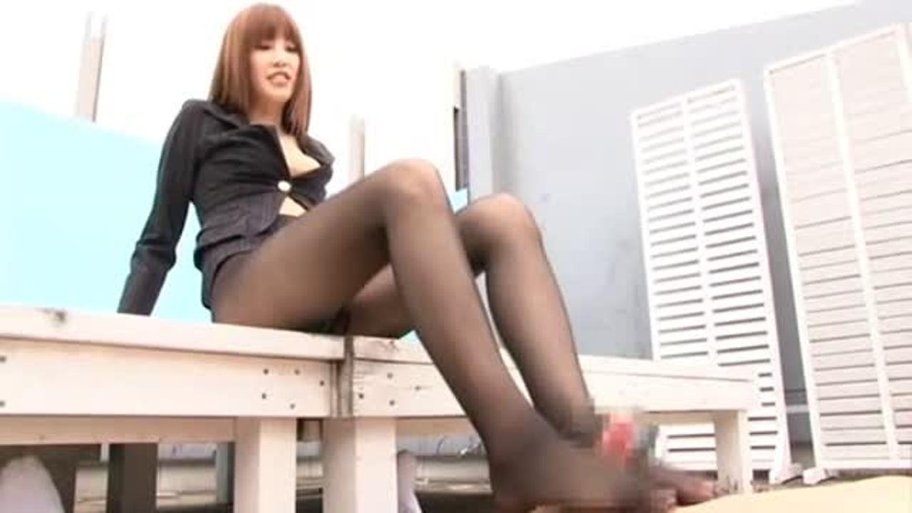 【OL】脚が綺麗なパンストお姉さん二人組にM男は縛られ強制足コキされる。。