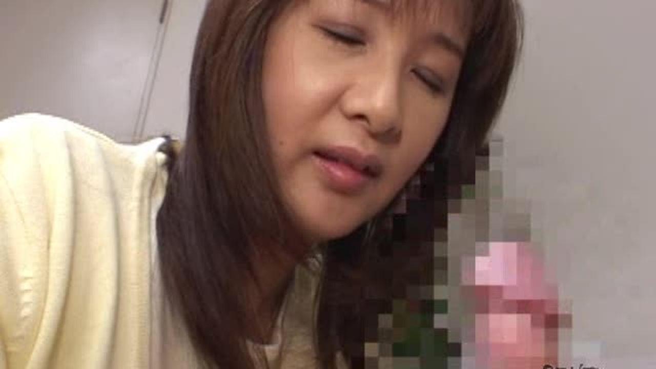 五十路のエロいお母さん岡江由美子が息子の肉棒を手コキ責め