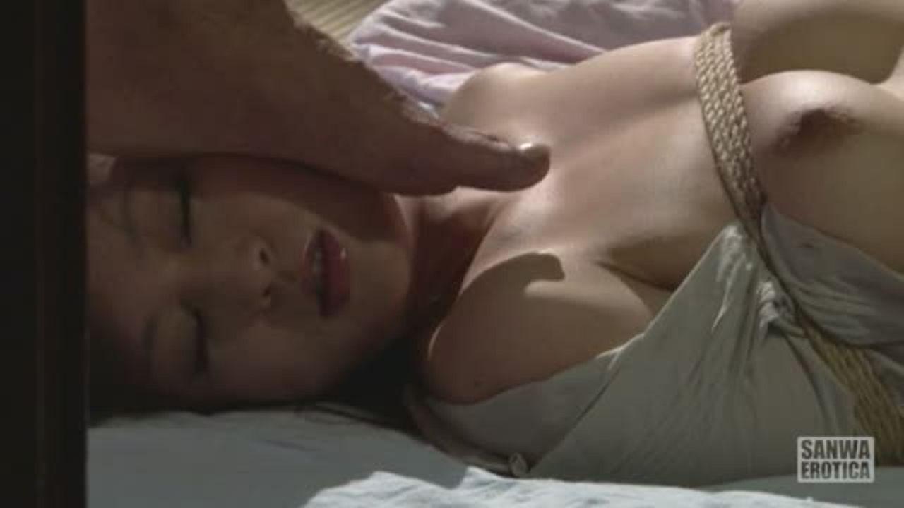 緊縛された状態で布団に寝かせられ胸や顔を踏まれて屈辱を与えられる美人妻…