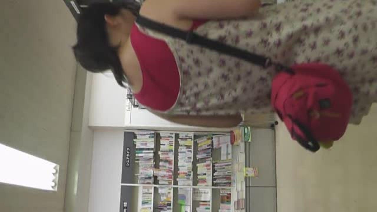 【盗撮動画】観覧注意!最後にじっと睨まれてしまう!清純ピュアそうな女の子の萌えパンティを綺麗撮り!