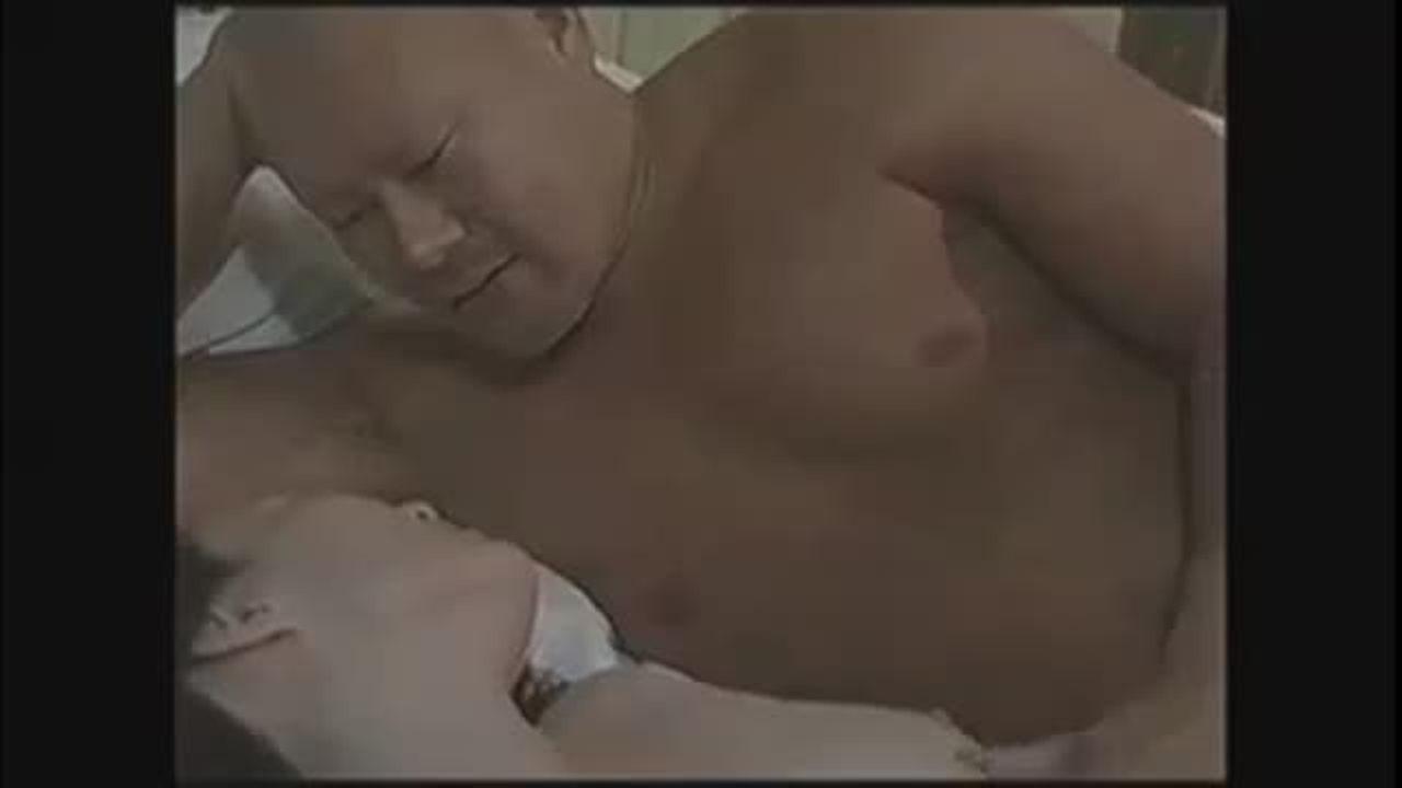 淫乱の熟女の無料jyukujyo動画。男に力強く抱かれても、さらに求め...