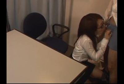 密かに付き合っている男子生徒と二人きりの教室での情事を隠し撮り①
