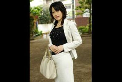 色白美肌奥さんが豊満BODYとアンバランスなセーラー服姿でお色気全開にして迫ってきたら・・・