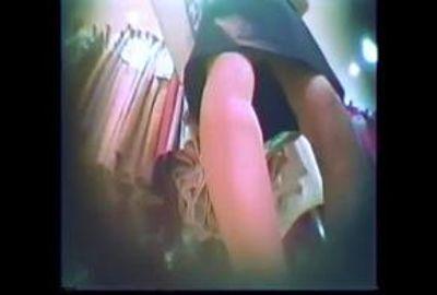 【素人パンチラ】奥様パンティ&脚の細い美女とビッチっぽい娘
