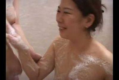 巨乳レズ美女カップルのボディ洗い