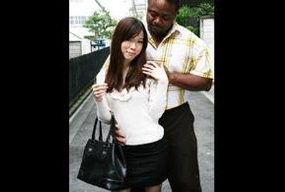 スレンダーボディーの素人若奥さんがほろ酔い気分で黒人極太チ○ポを初体験!