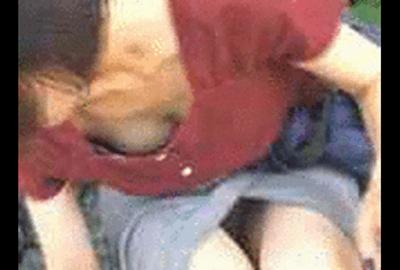 猛暑注意!アイスを頬ばるお姉さんのパンティとおっぱいがめっちゃ見えてる件