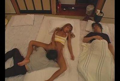 旅館の住み込みアルバイトの若者が隣で寝ている巨乳ギャルのオッパイを・・・