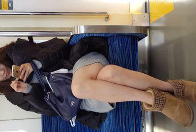 電車で脚組み換え美女 パンティ隙だらけ!