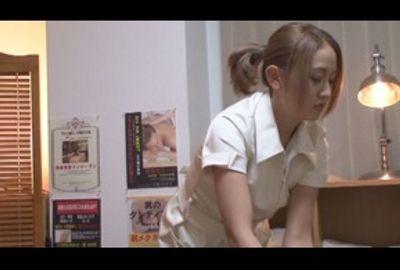 メンズエステ店の個室でお客さんとHするエステ嬢!!