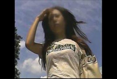 【素人パンチラ】迷彩柄のスカートが風に靡く