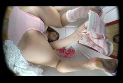 足の裏がとても綺麗です。もちろんあそこも綺麗です!!