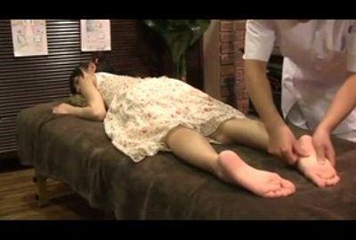 小さな女の子の全身にオイルを塗り、ヌルヌルテカテカにしていやらしい手でマッサージ。