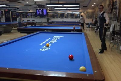 ビリヤード超絶トリックショット; Venom Performing 3 Cushion Billiards Trickshots