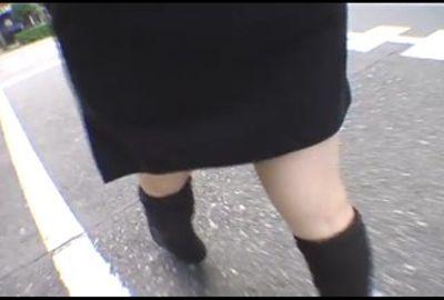 むっちりタイトスカートから浮き出てくるパンティーライン追っかけ●撮 SNS-211