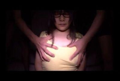 うぶで超まじめそうなメガネの女の子を暗い部屋に押し込んで…!