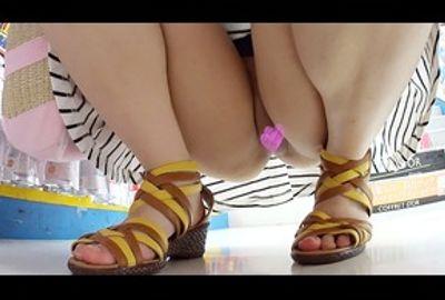 【ミニスカノーパン】短いスカート、素足にサンダル、そしてむき出しのま●こ !!