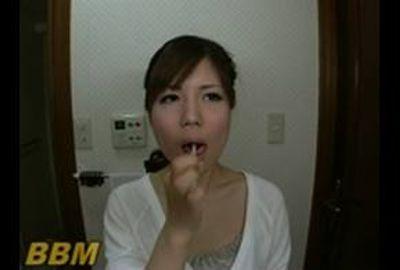 美女の舌、意外にも汚くて臭そうな舌苔を磨き落とすフェチ映像