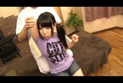 小さな女の子の全身にオイルを塗り、ヌルヌルテカテカにしていやらしい手でマッサージPART.5