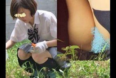 庭で草刈り女子校生ちゃん 一生懸命で無防備パンチラ