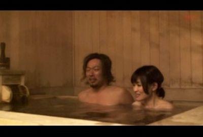 温泉でおばさんに種付けナンパ!!03