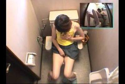 【厳選隠し撮り】個室に籠もり大胆オナニー…7