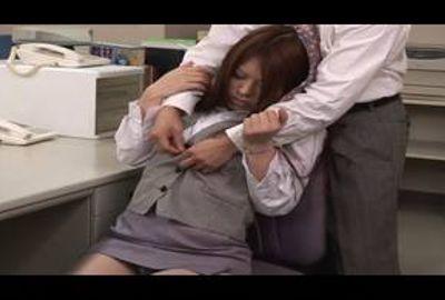 オフィスで淫らに従うお姉さん!
